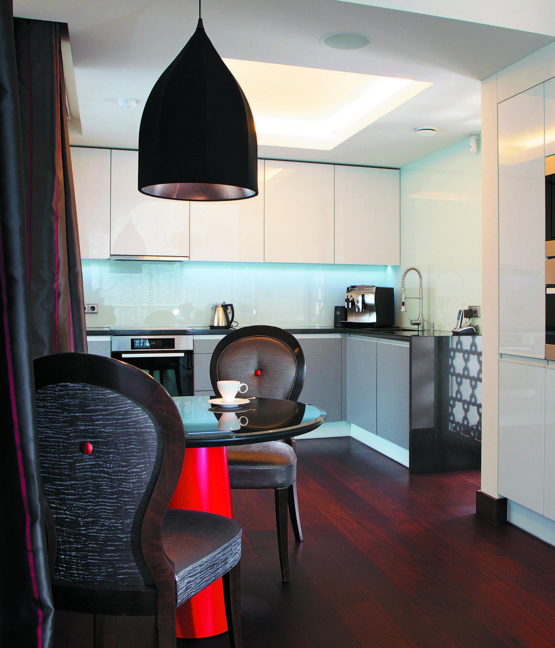 Puošnūs, originalūs valgomojo baldai pabrėžia virtuvės minimalizmą. Interjeras – Indros Marcinkevičienės
