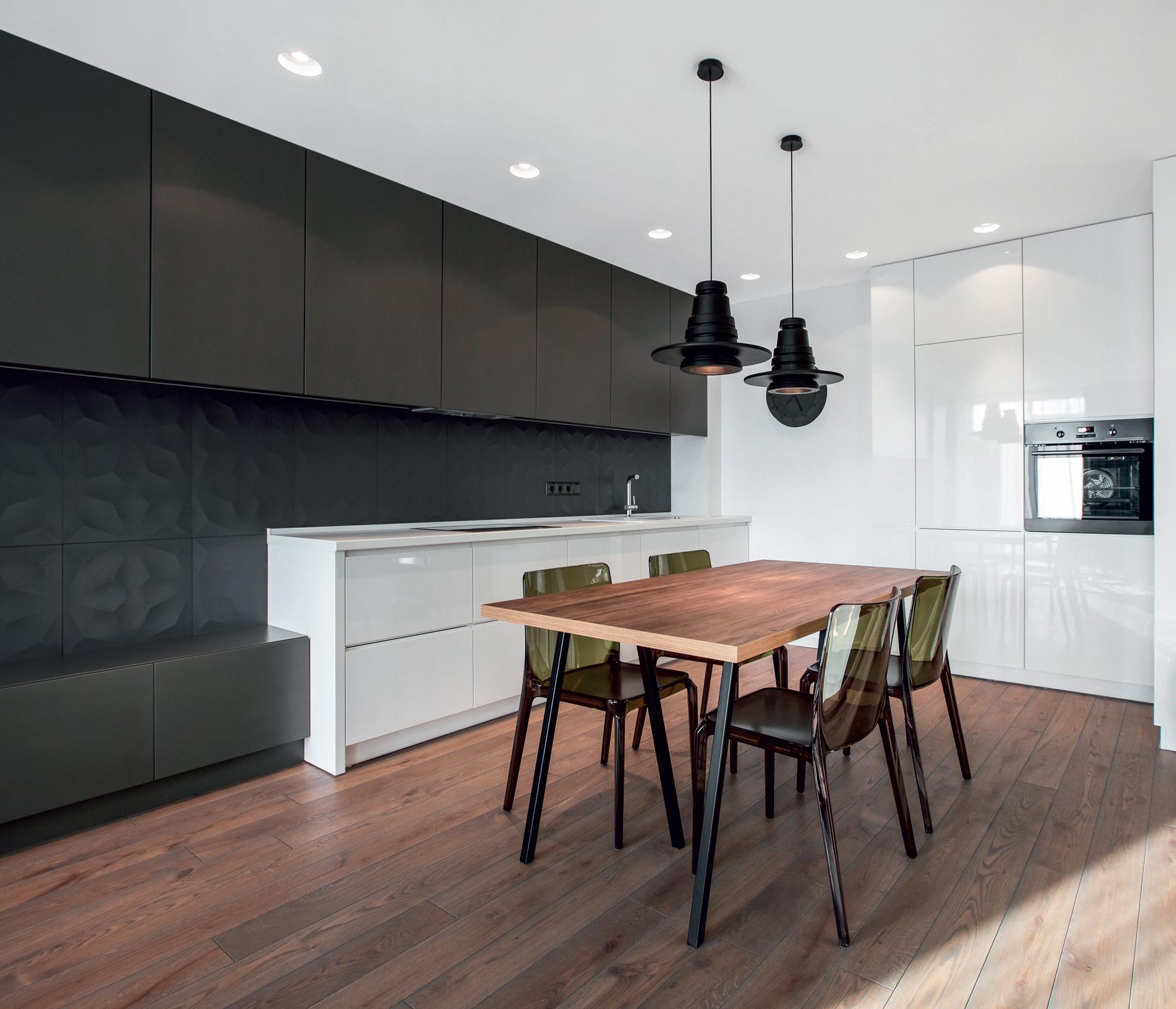 Dažyti virtuvės fasadai atrodo solidžiai. Blizgaus ir matinio paviršių kontrastas. Aut. Vismantė Tubelytė