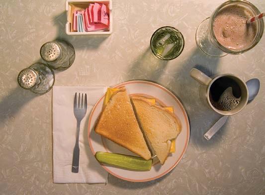 Sumuštinis su šveicarišku sūriu ir pieno kokteilis iš Jarome'o Davido Salingerio Rugiuose prie bedugnės