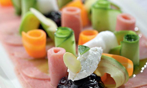 Virto vištienos kumpio karpačas su daržovių salotomis