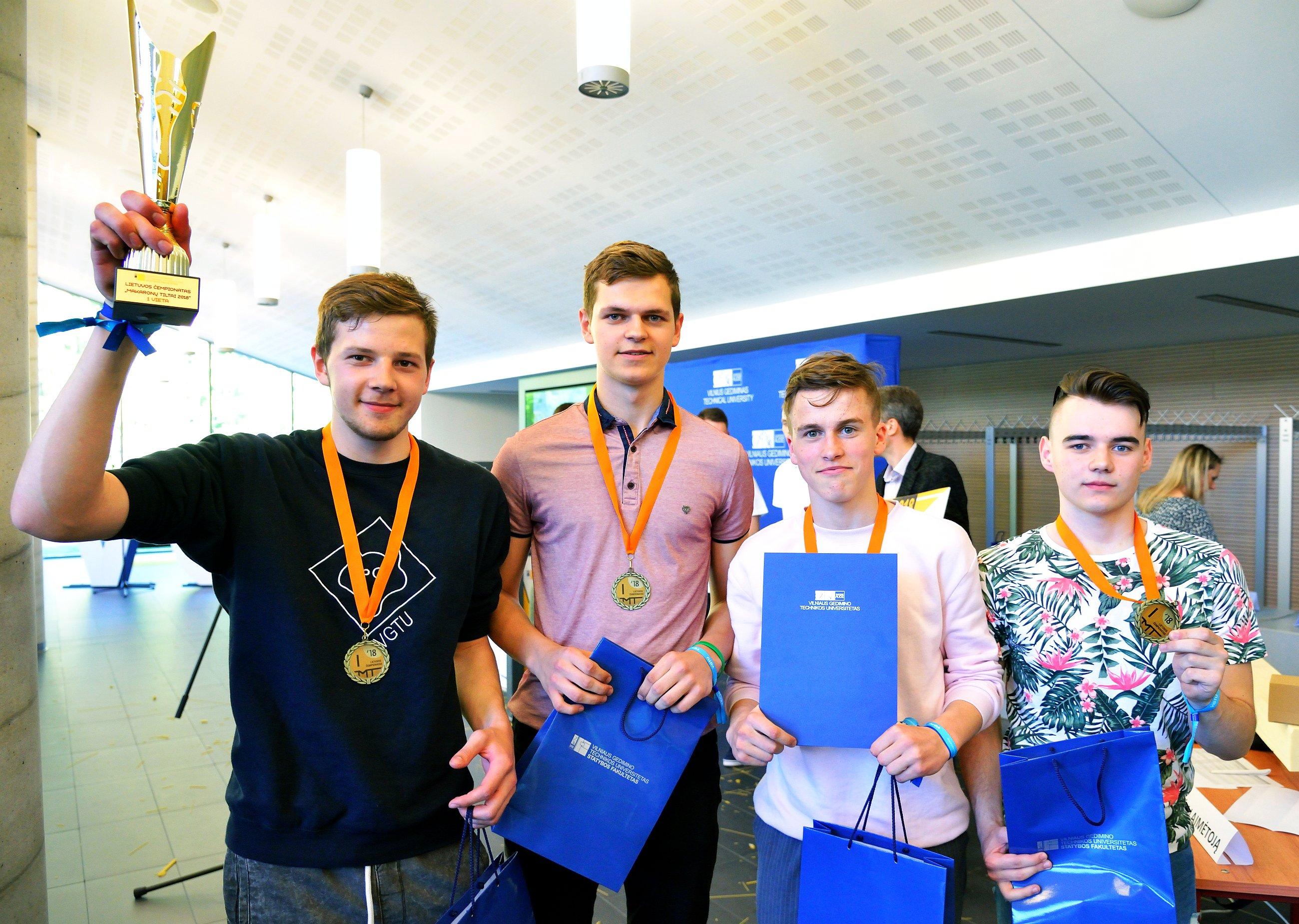 Pirmos vietos nugalėtojai - Vievio gimnazijos komanda
