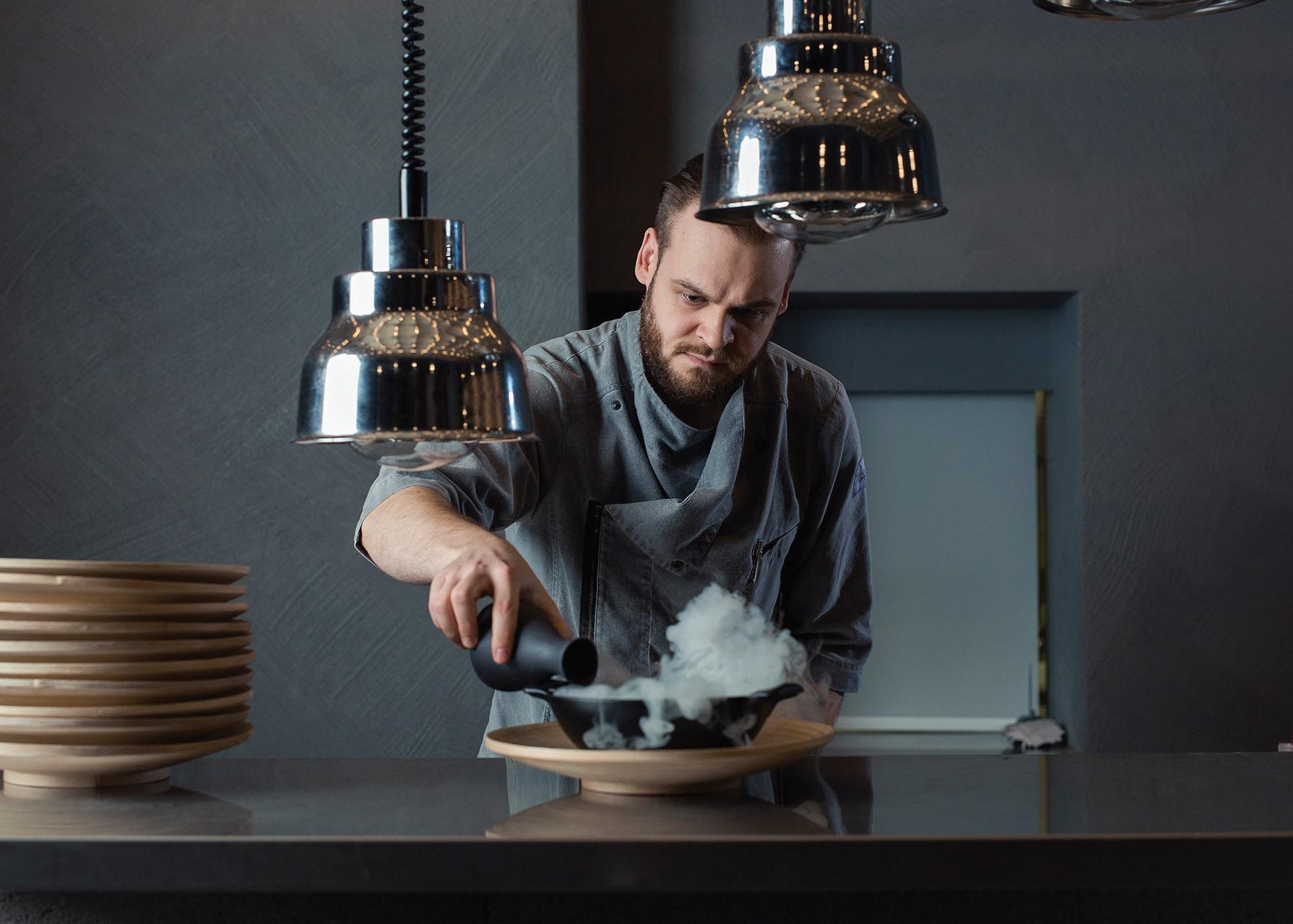 """""""Restoranas 4"""" virtuvėje tvarką užtikrina ne tik šefas Gabrielius Zajec, bet ir įdiegtas standartas"""
