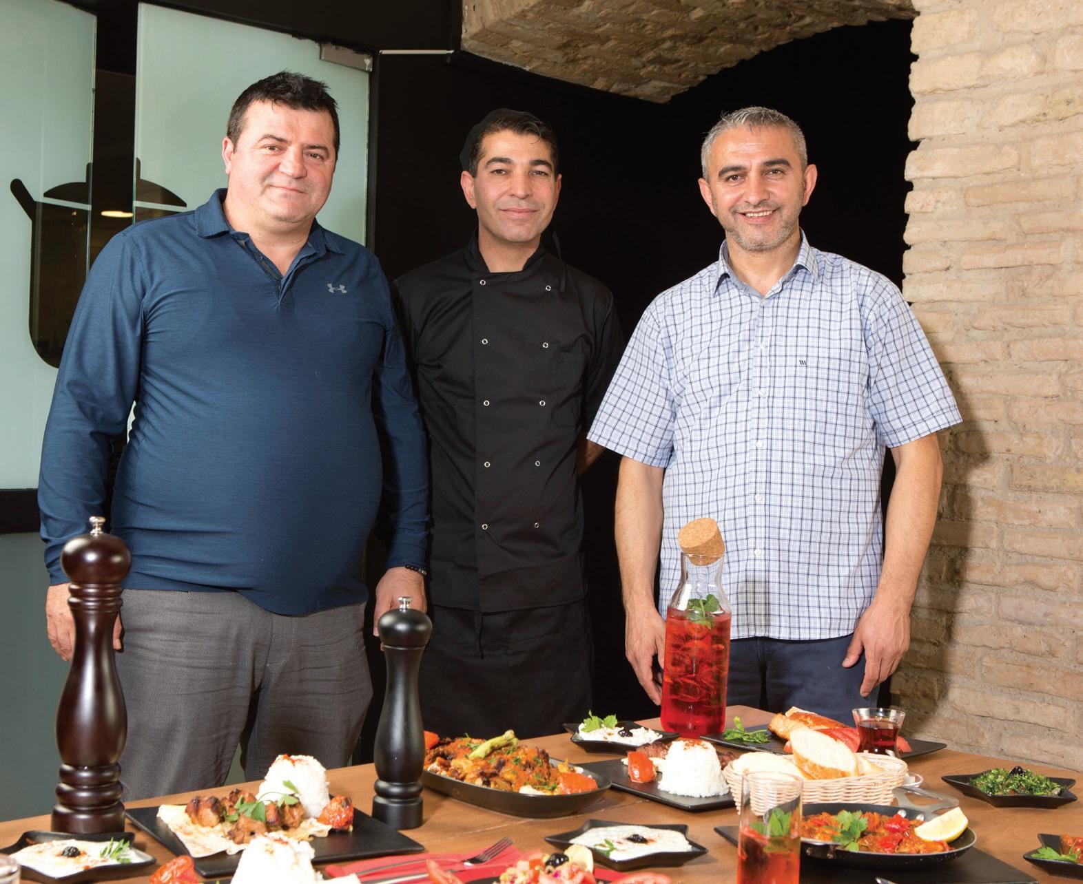 Iš kairės restorano vadovo verslo partneris Nadiras Nadi Yildirimas, virtuvės šefas Michaelis Yilmazas (centre) ir restorano vadovas Ersanas Karaoglanas