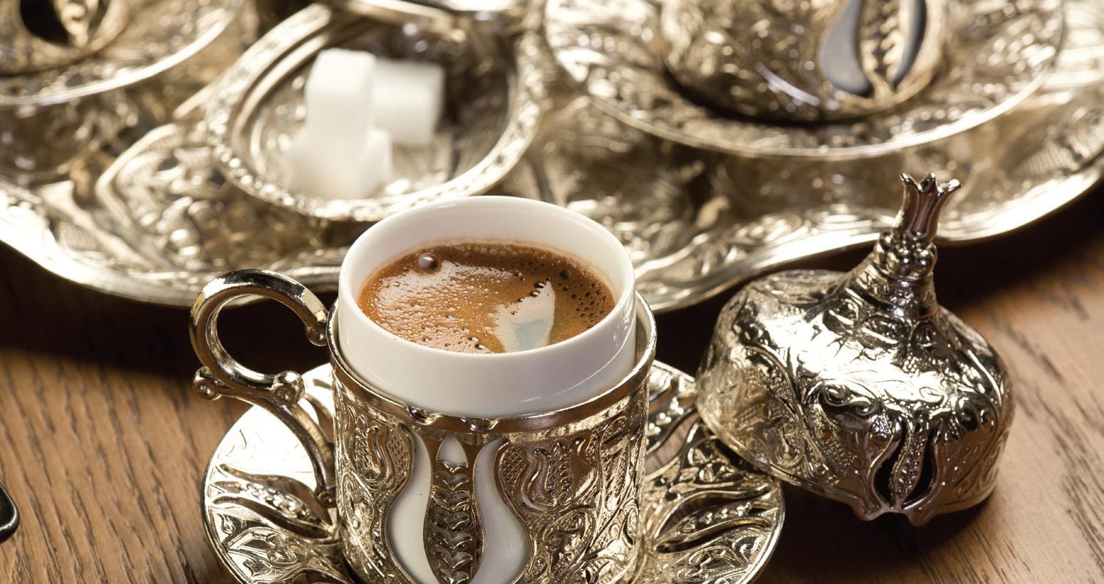 Tradicinė turkiška kava čia patiekiama autentiškuose puodeliuose