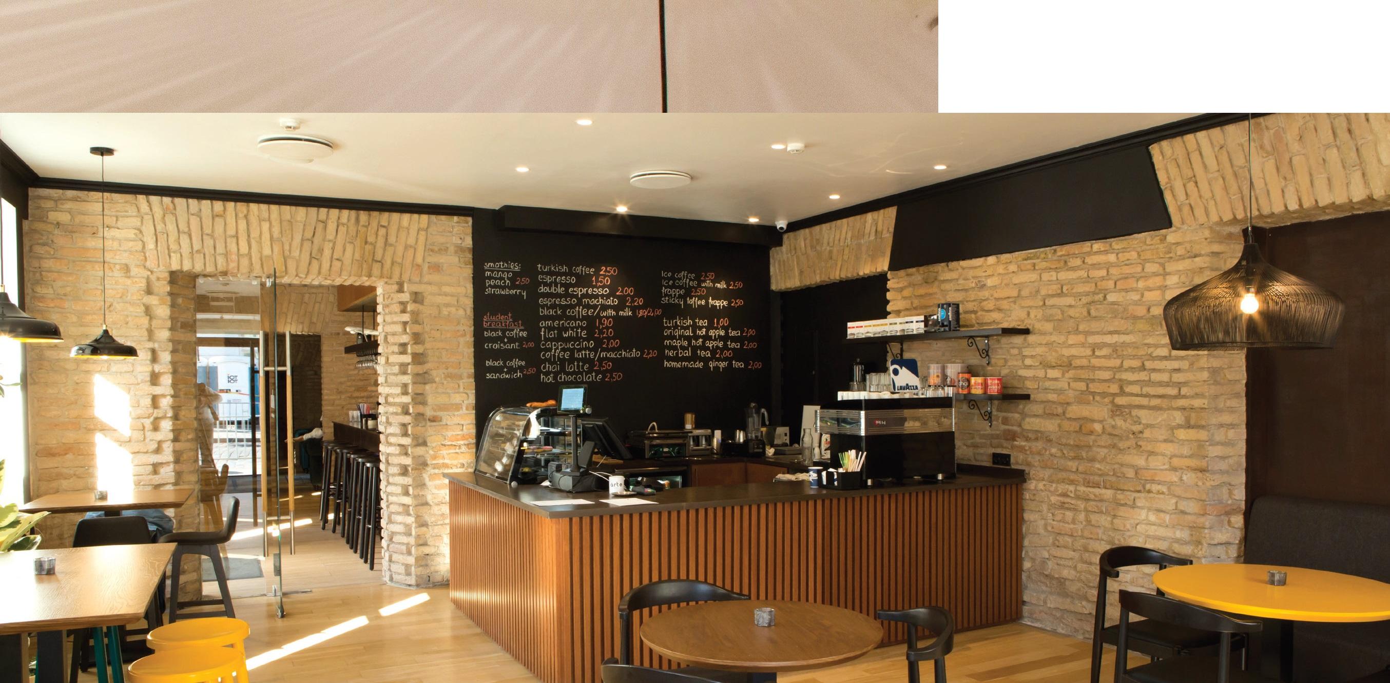 Vos įžengę pro duris, iškart patenkate į kavinę, kur galite mėgautis turkiška kava ar tradicine juodąja arbata