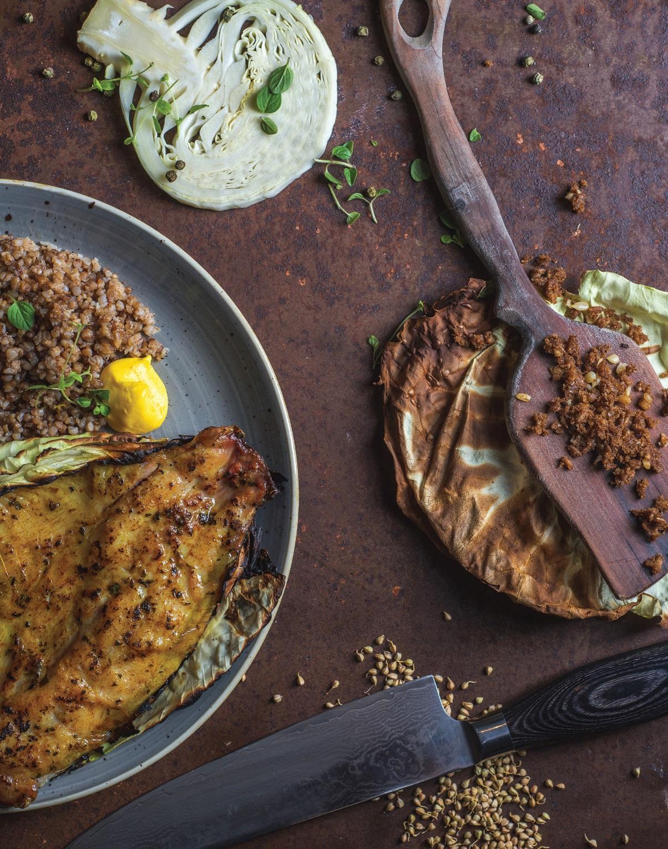 Lauže, ant kopūsto lapo, su midumi keptas karpis, patiektas su geltonųjų jukų padažu, grikiais, gardintais karamelizuotais ruginės duonos trupiniais ir dvaro virtuvėje sūdytomis citrinomis