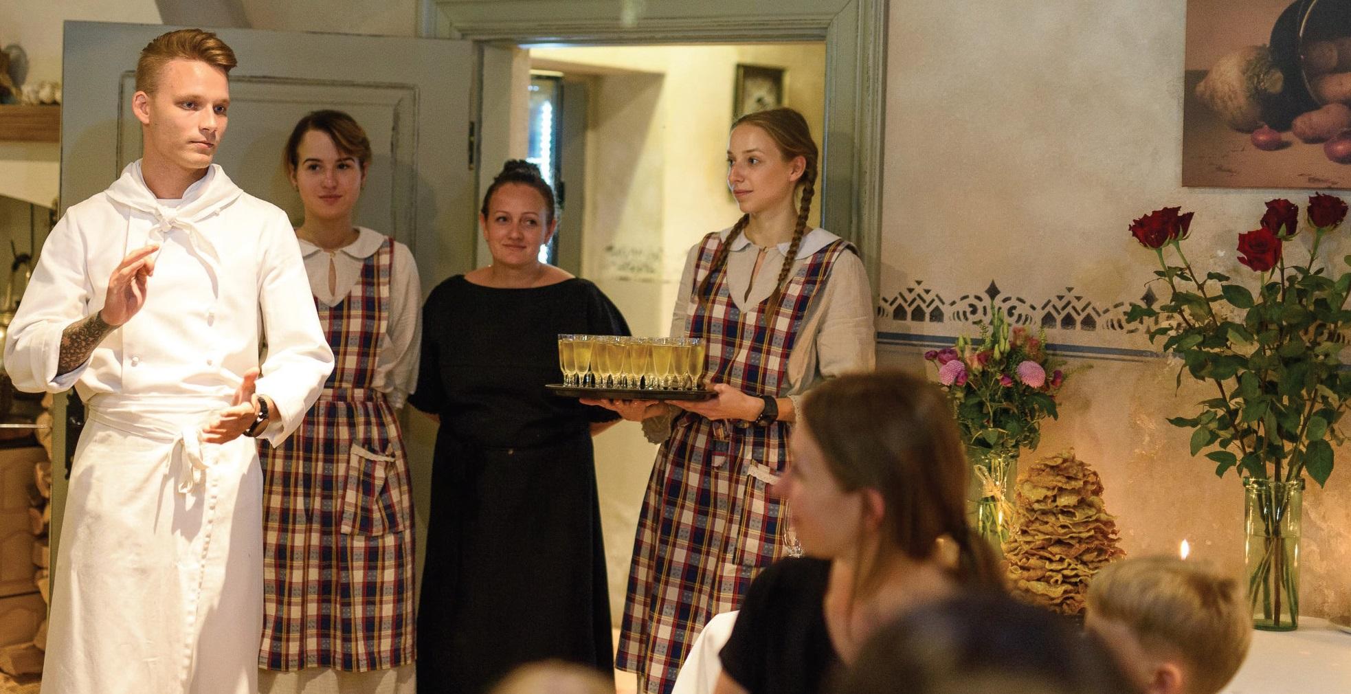 Laukiantiems patiekalų svečiams pasakojamos istorijos