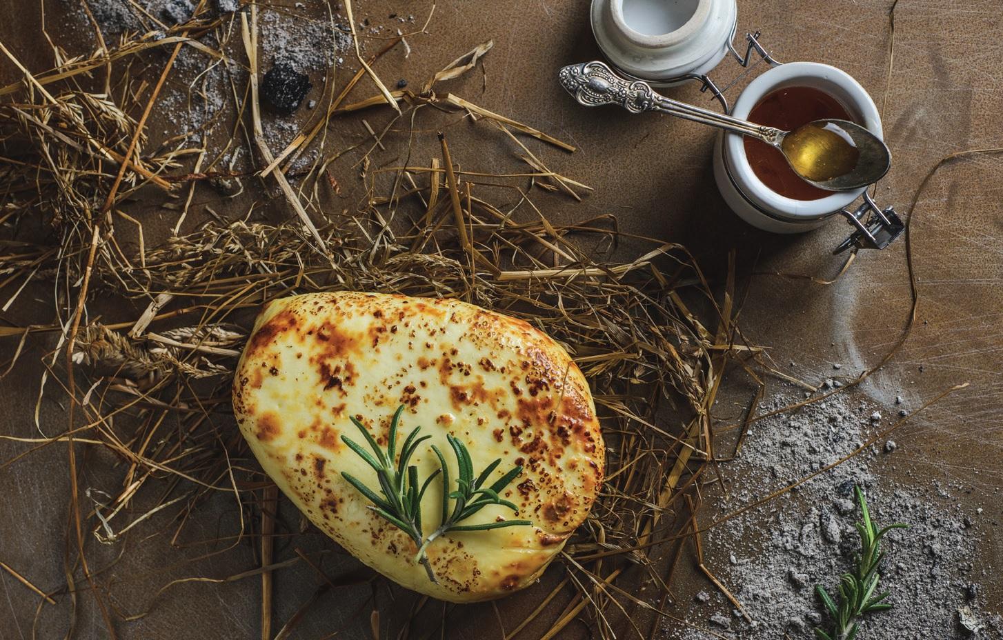 Miduje raugintas zanavykiškas varškės sūris su šieno kremu
