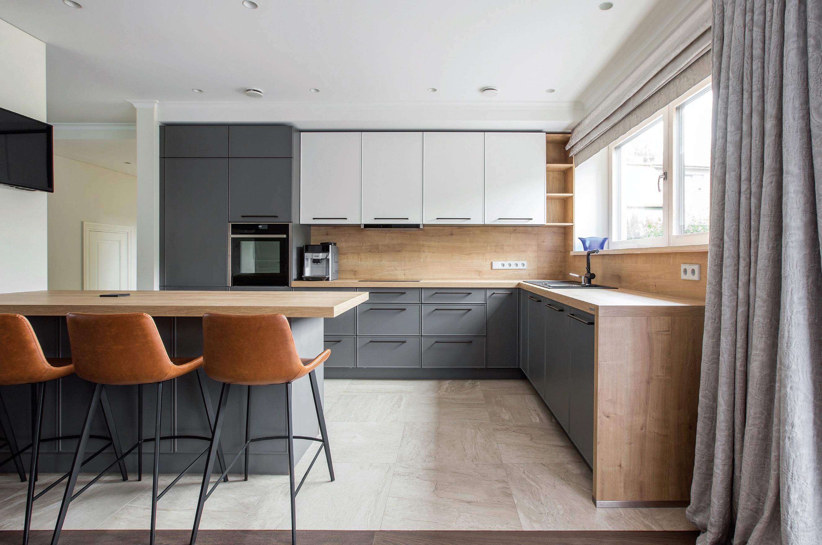 """Užuolaida – originalus būdas atitverti virtuvę nuo svetainės. Aut. """"ArchDesign"""", Miglė Šalnaitė"""