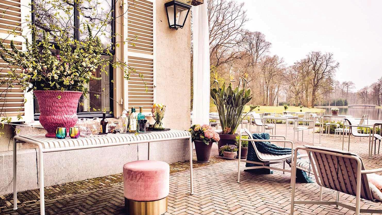 Žaismingi rožiniai akcentai puošia ne tik viešbučio interjerą, bet ir lauko erdvę