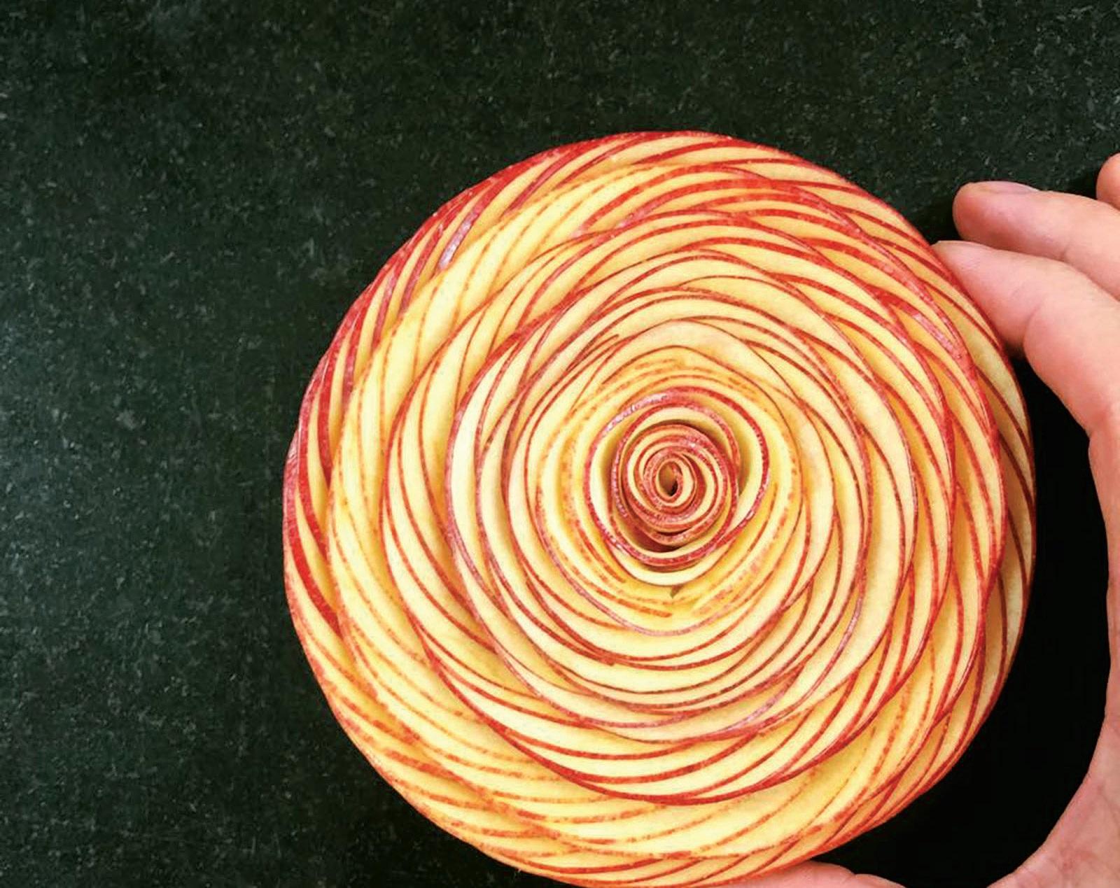 """Žymusis C. Grolet desertas """"Rožė"""" iš tūkstančių ploniausiai sudėliotų obuolių griežinėlių"""