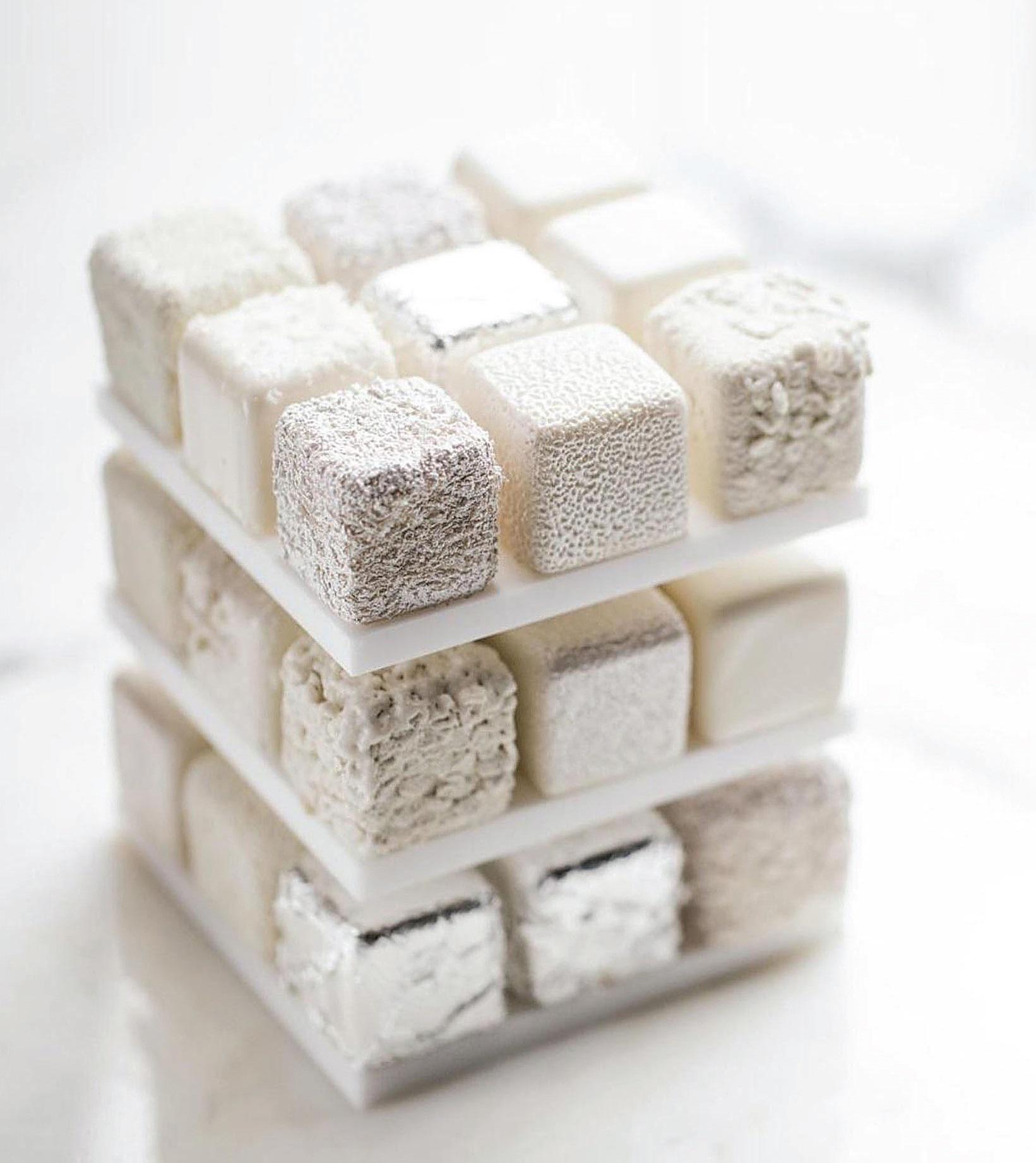 C. Grolet žymusis Rubiko kubą imituojantis desertas. Konditeris mėgsta žaisti su spalvomis. Šių desertų esama vienspalvių bei originalių Rubiko kubo spalvų
