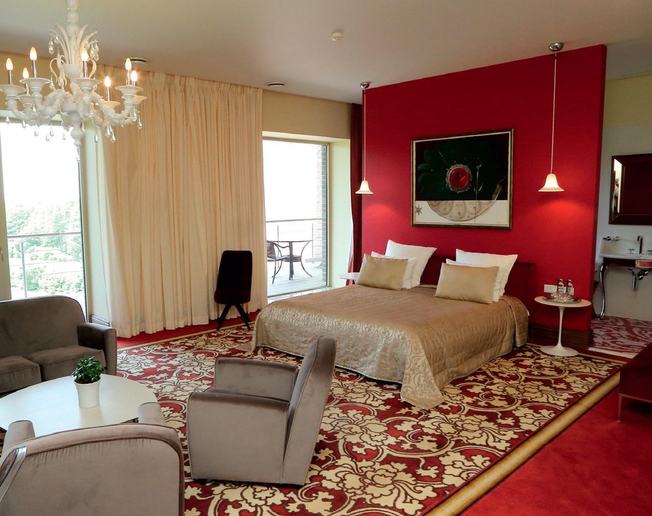 Liukso klasės apartamentų stiliaus individualumą pabrėžia prabangūs sodrių spalvų (aistringos raudonos ar romantiškos žalsvos) audiniai bei pritaikytas sienų dekoras ir interjero akcentai
