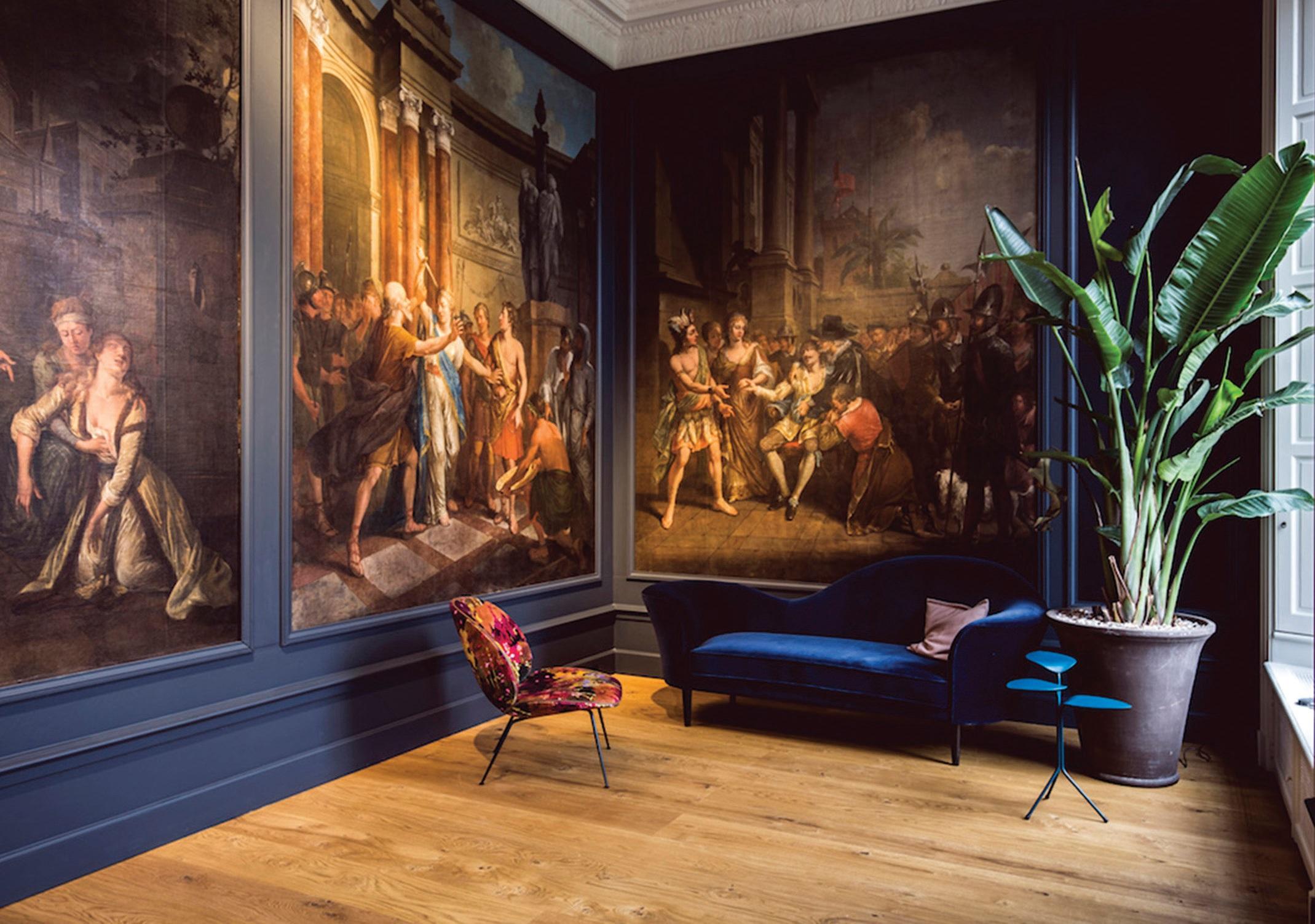Puikus pavyzdys, kaip Liudviko XVI laikų erdvėje dera šiuolaikinių dizainerių sukurti baldai. Jie suteikia interjerui gyvybės ir byloja apie neišvengiamą laiko tėkmę