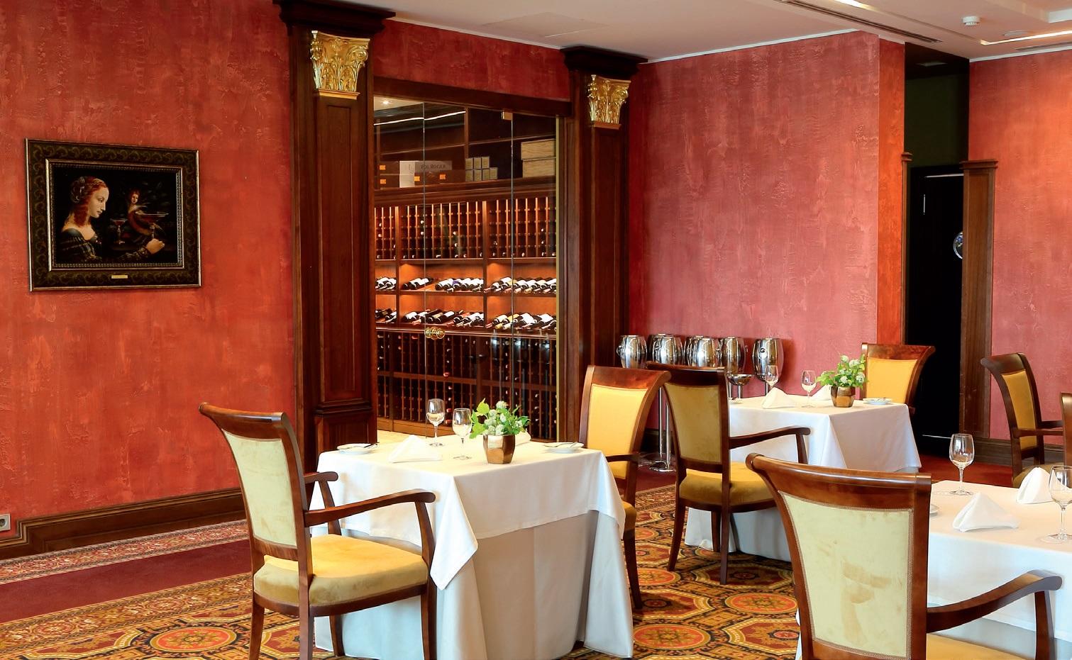 Restorane įrengtas ir atskiras vyno kambarys