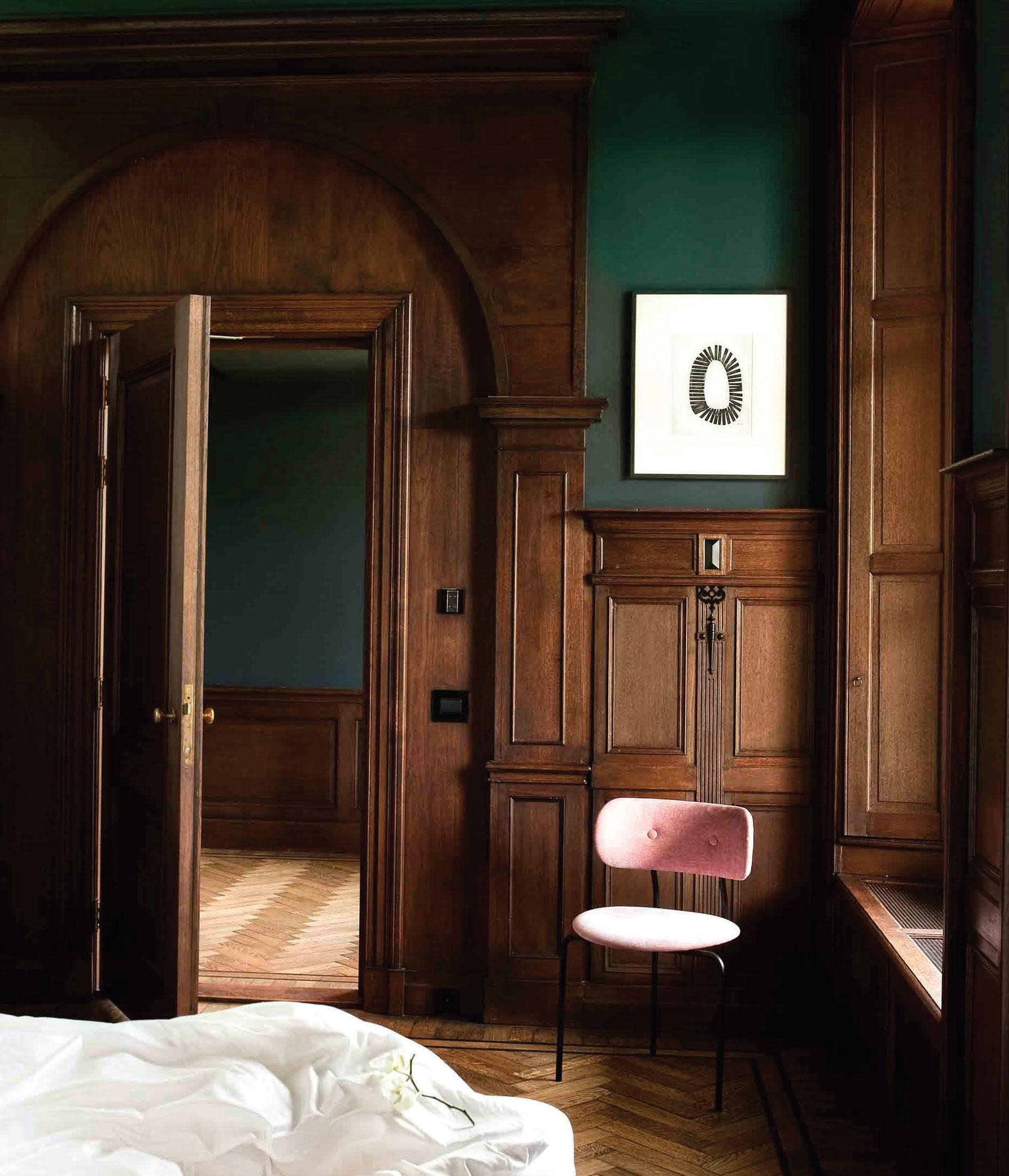 Tamsus medis – vienas pamatinių viešbučio interjero elementų