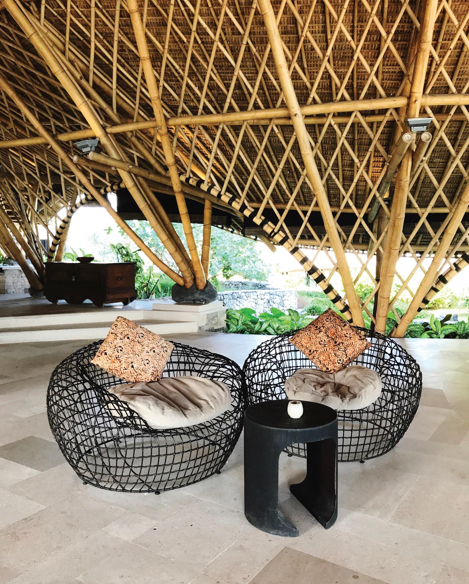 Tobula baldų ir bambukinės architektūros harmonija
