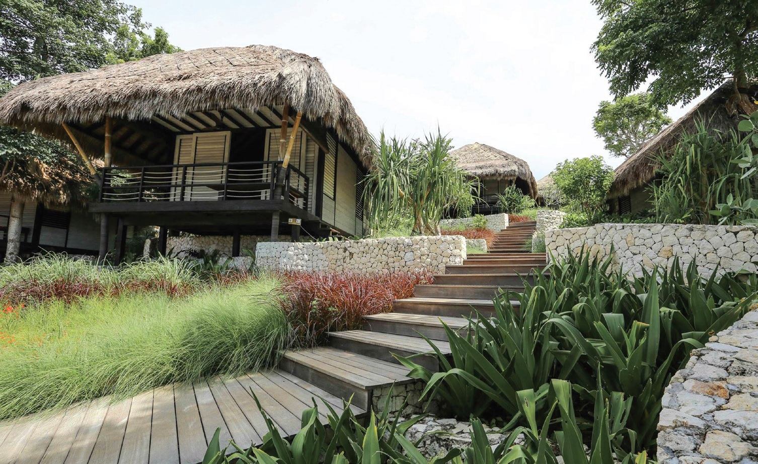 Viešbutis daugiausia suręstas iš rekuperuotos medienos ir bambuko, o vilos iš dalies patupdytos ant polių. Taip skatinamas natūralus oro judėjimas ir saugoma aplinka