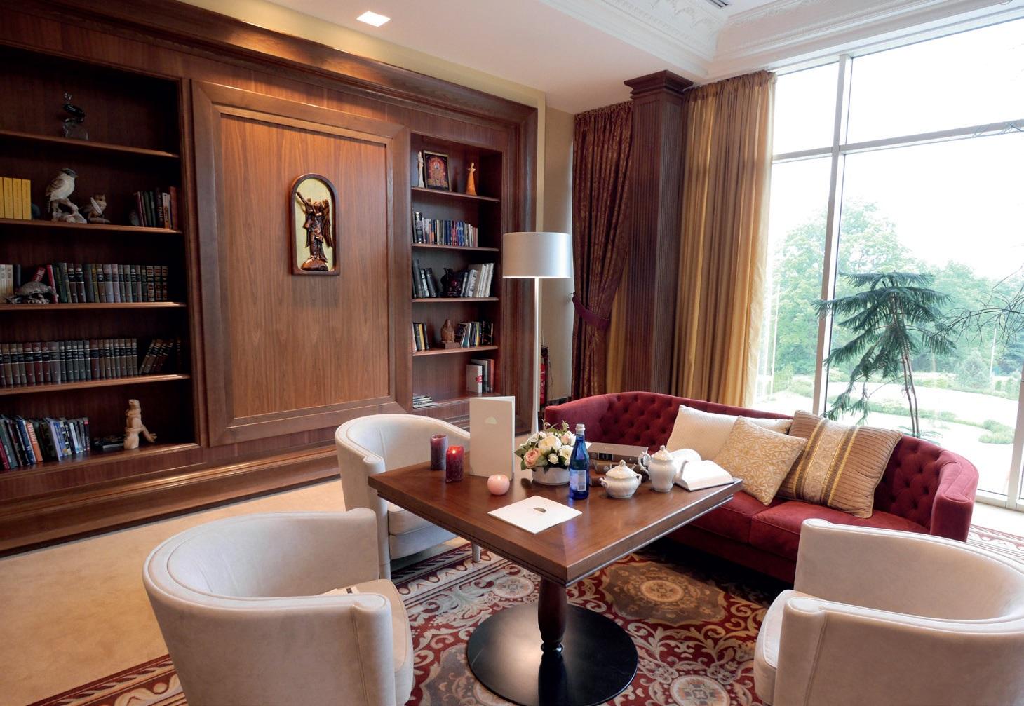 Viešbutyje įrengta jauki biblioteka, kurioje esančia knygų kolekcija bei stalo žaidimais gali naudotis visi viešbučio gyventojai