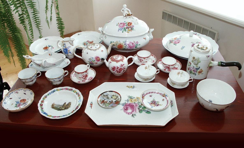 Bajorų Gorskių porceliano rinkinyje yra ir arbatai skirtų indų. Padėklas, keli arbatinukai, grietinėlės indelis, įvairūs puodeliai ir desertinės lėkštelės