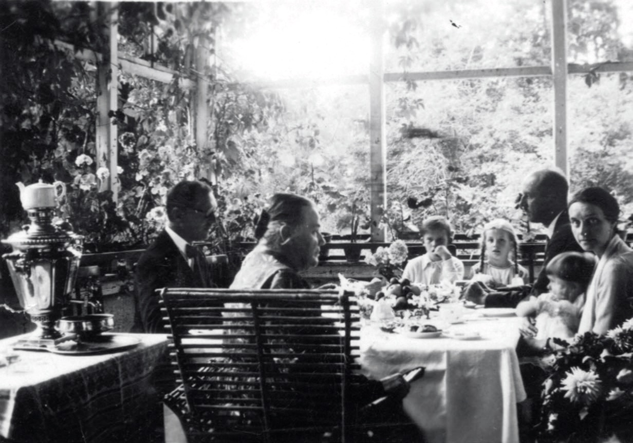 Popiečio arbata – puikus metas svečiuotis. Rokiškio grafas Jonas Pšezdzieckis (kairėje) svečiuose pas Ilzenbergo dvarininkę Liviją Dimšienę (antra iš kairės)