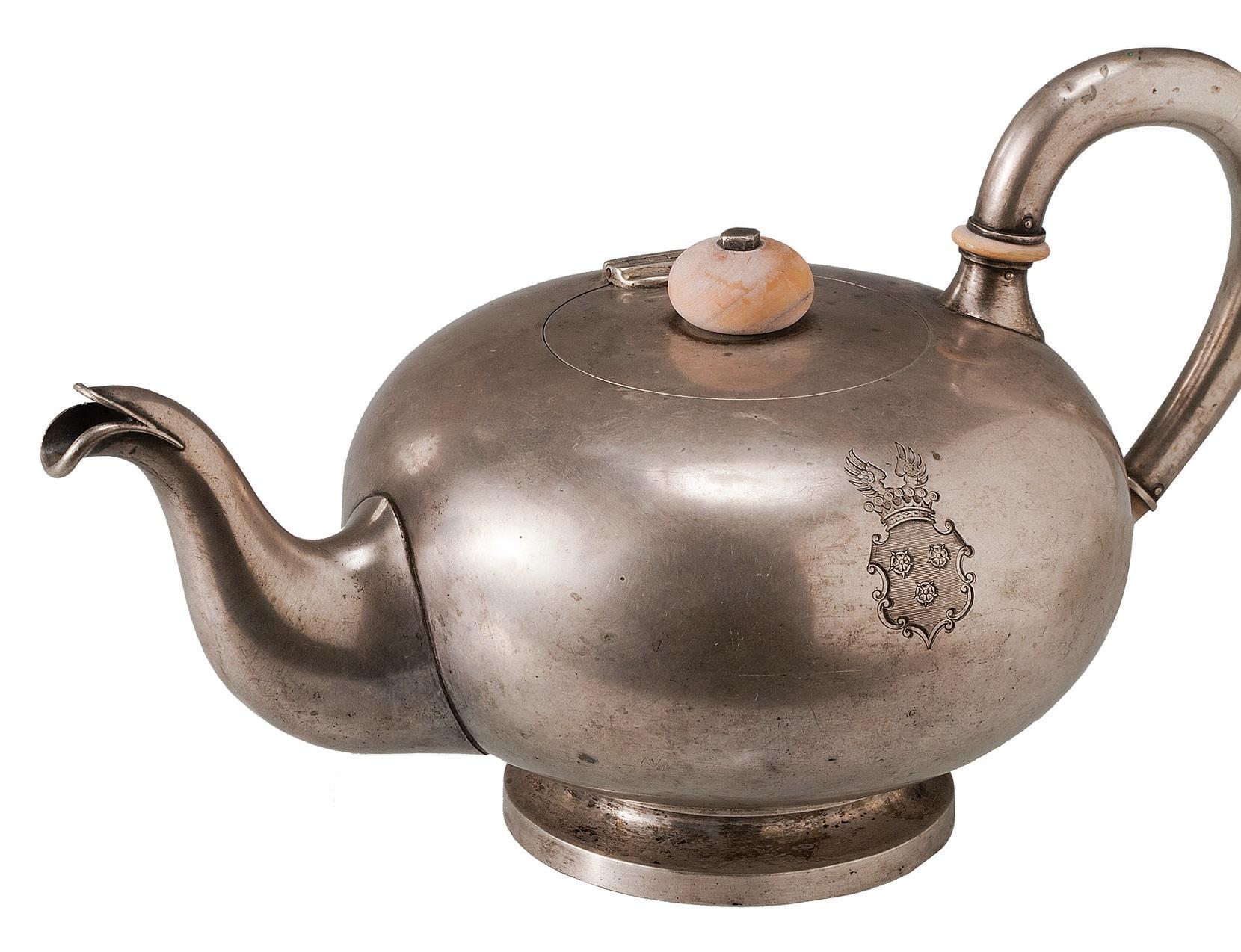 Sidabrinis arbatinukas su spėjamu baronų Brinkenų herbu, 1780 – 1850 m., Vokietija Lietuvos dailės muziejus, Valdo Račylos nuotr.