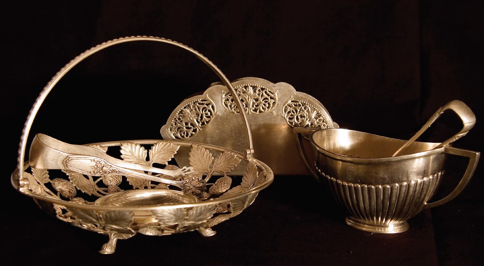 Stalo sidabras, tarp jų – krepšelis desertams patiekti, cukraus žnyplės. Rokiškio krašto muziejus