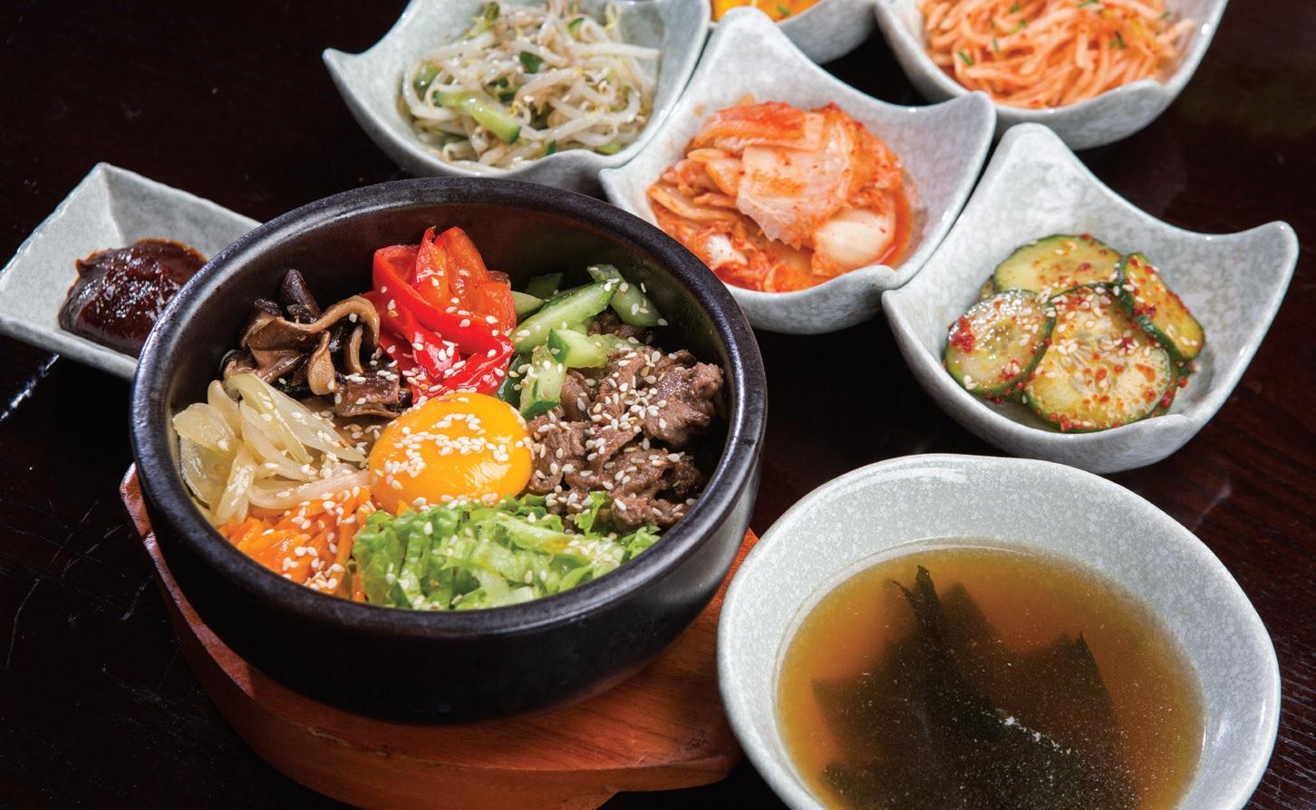 """Korėjietiškas maistas ne tik gardus, bet ir spalvingas, o porcijos restorane – išties didelės. Prie pagrindinio patiekalo taip pat patiekiama užkandžių, dubenėlis sriubos bei ryžių. """"Fotoprojektai"""" nuotr."""
