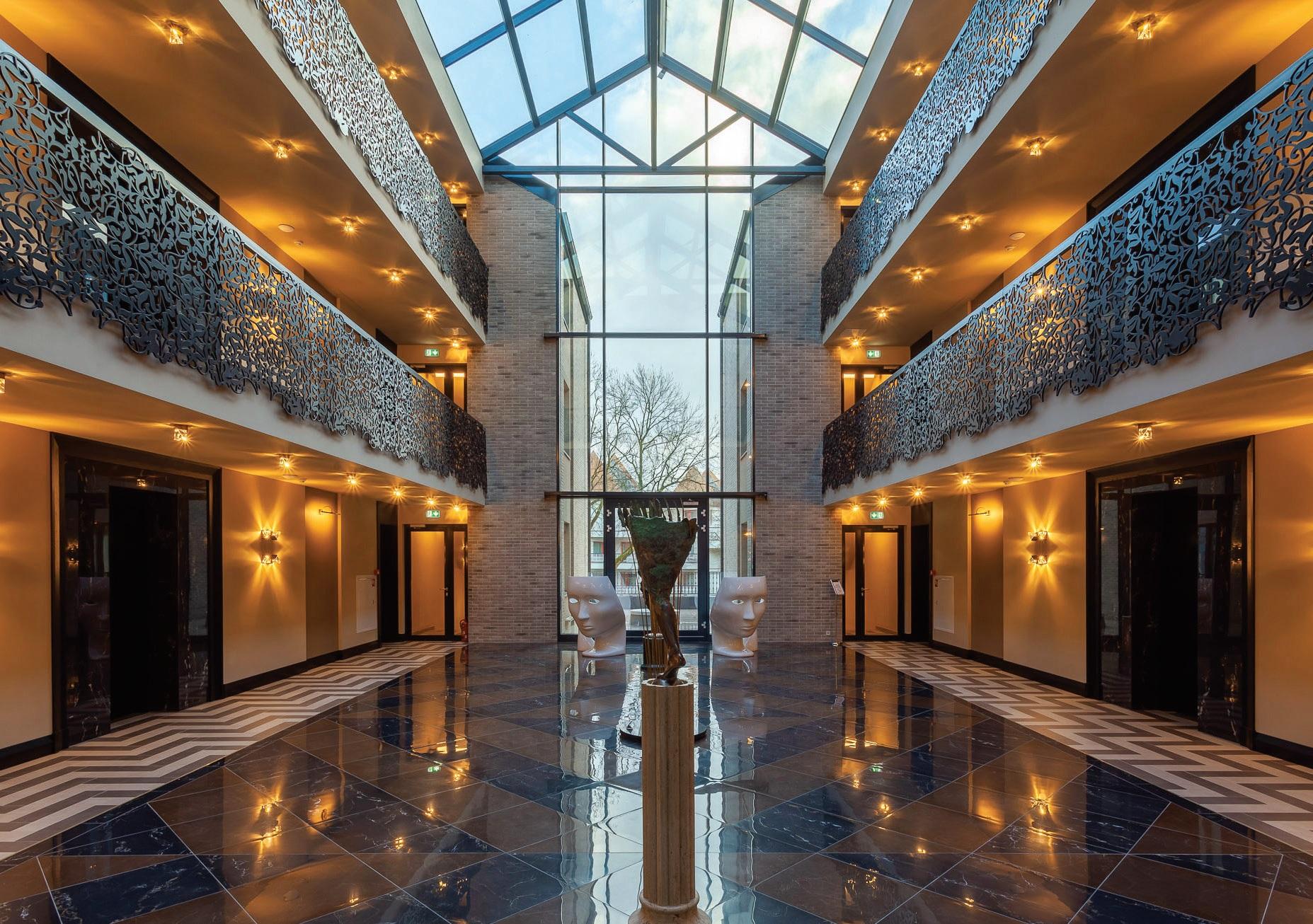 Bene įspūdingiausia viešbučio erdvė – atriumas, kurio didžioji puošmena – lietuvių meistrų lazeriu raižyta metalo tvorelė