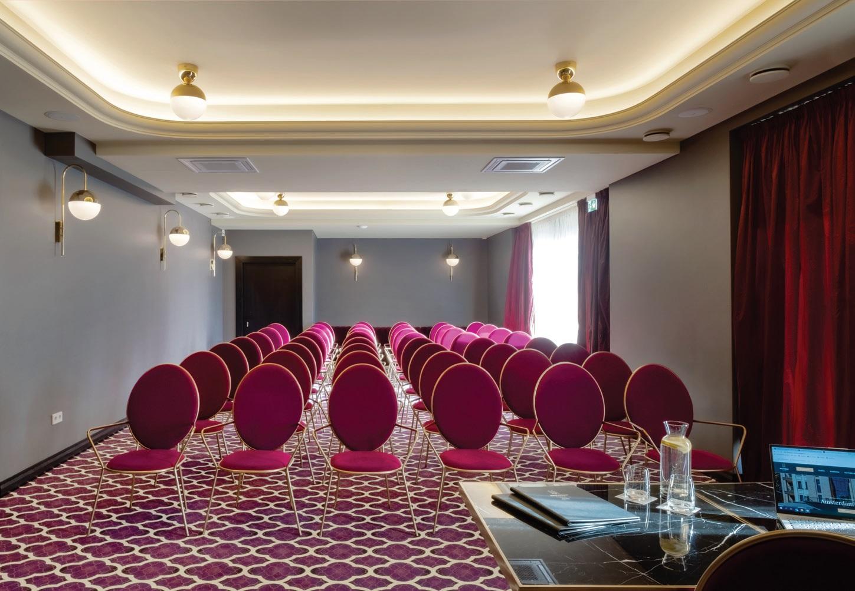 Viešbutis ir restoranas yra atviras tiek poilsio ieškantiems turistams, tiek šeimoms su vaikais, tiek verslo klientams ar didesnių bei mažesnių konferencijų svečiams