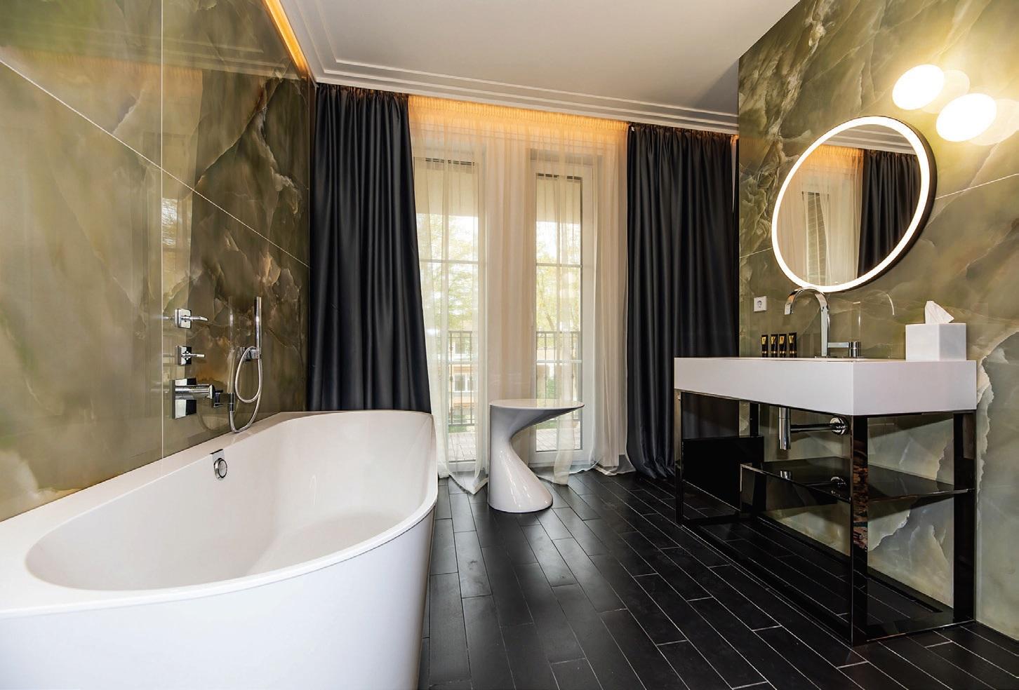 Vonios kambariuose įspūdingai atrodo onikso siena, suteikianti prabangos ir išskirtinumo