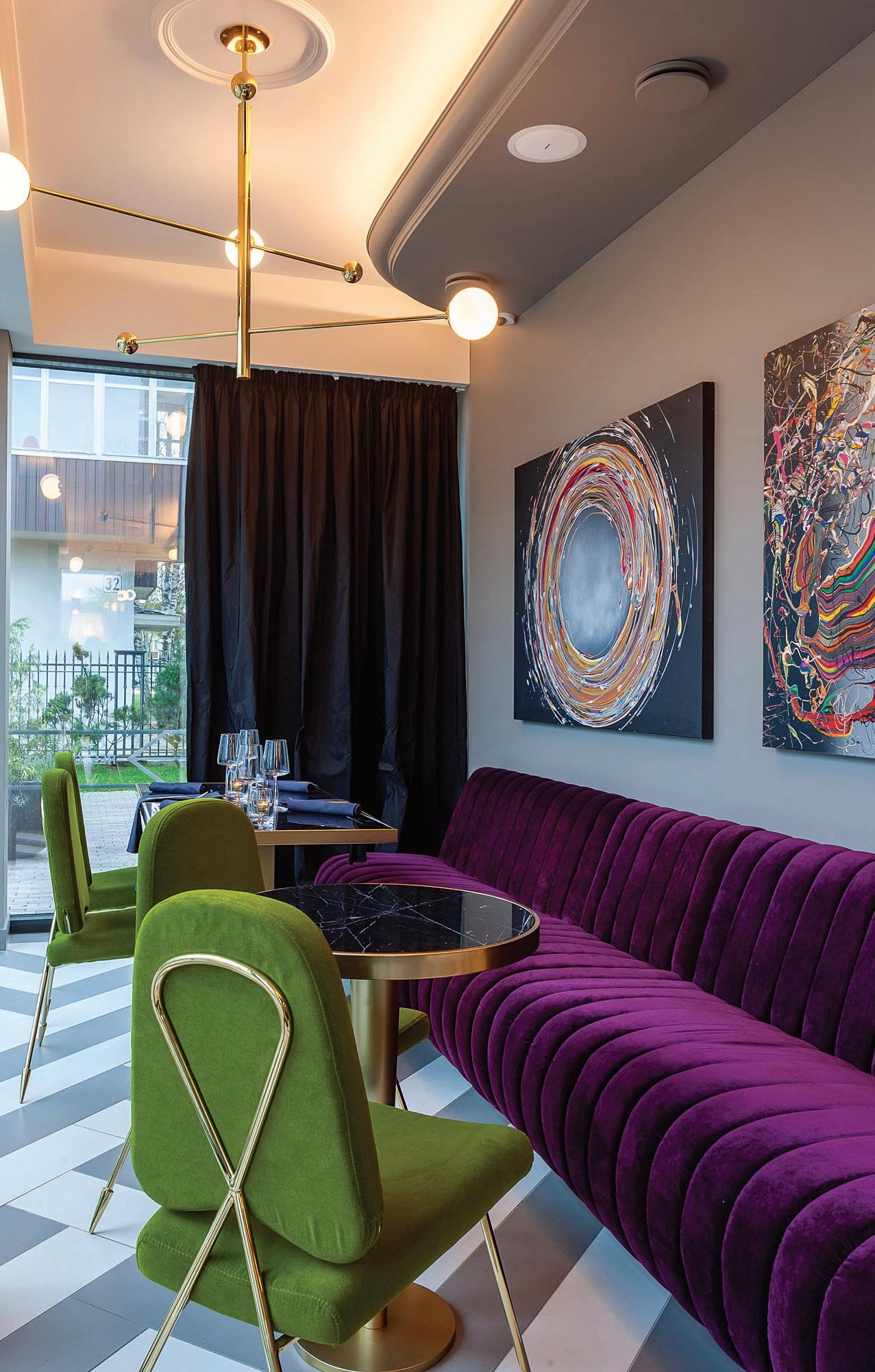 Ypatingą nuotaiką ir elegancija dvelkiančią atmosferą restorane kuria portugalų gamintojų baldai bei įspūdingi prancūzų dizainerės Masrie Lise Fery šviestuvai