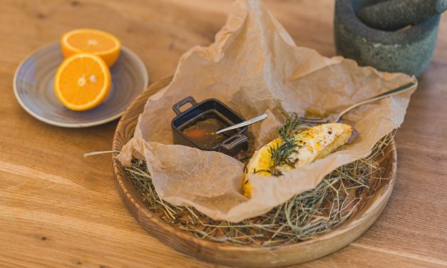 Zyplių dvaro virtuvės keptas varškės sūris su apelsininiu šafrano medumi