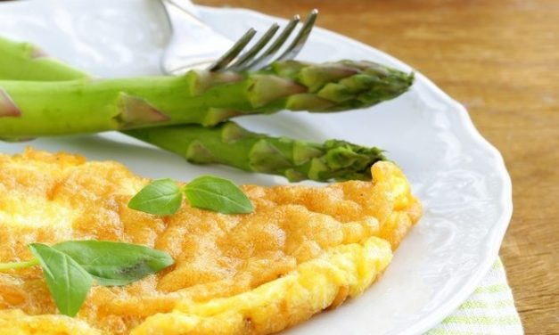 Pavasarinis omletas su dilgėlėmis, smidrais ir žaliuoju pesto padažu