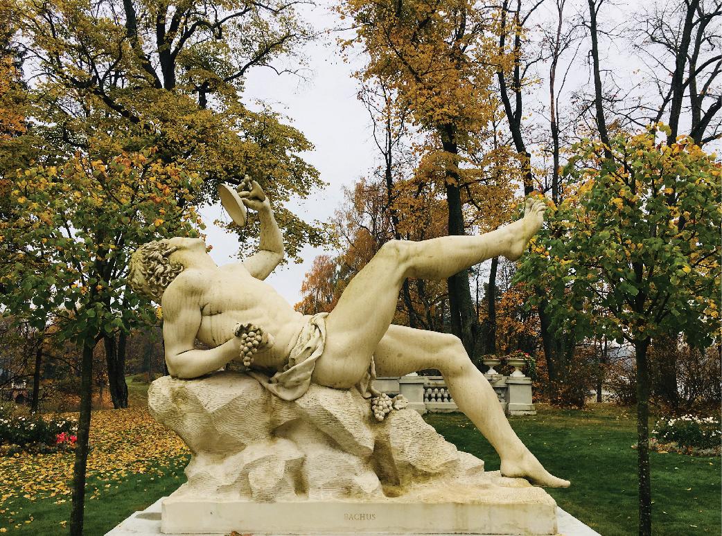 Atkurtų Užutrakio parko skulptūrų ir vazų autoriai – skulptoriai N. Kavaliauskas ir R. Glinskytė-Kavaliauskienė su šeima. M. Daraškevičiaus nuotr.