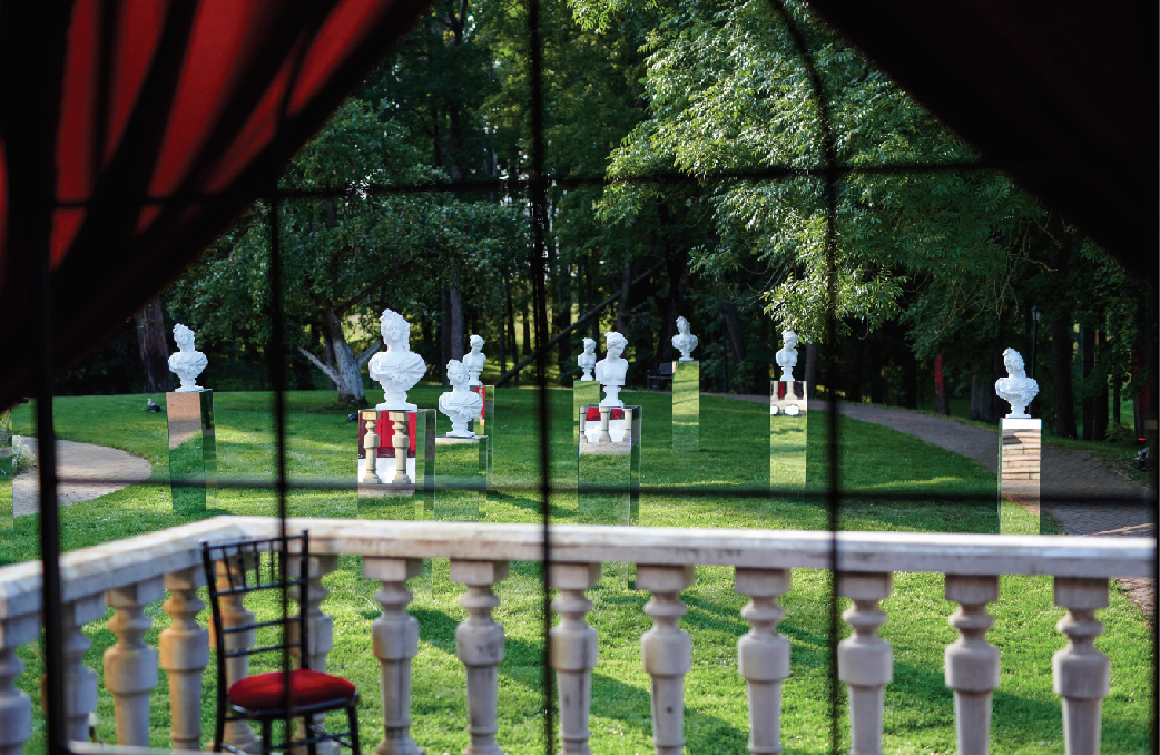 Pasitelkus kūrybiškus sprendimus, renginių metu dvarai gali tapti meninių instaliacijų erdve. Šioje srityje originalumu išsiskiria Mantas Petruškevičius
