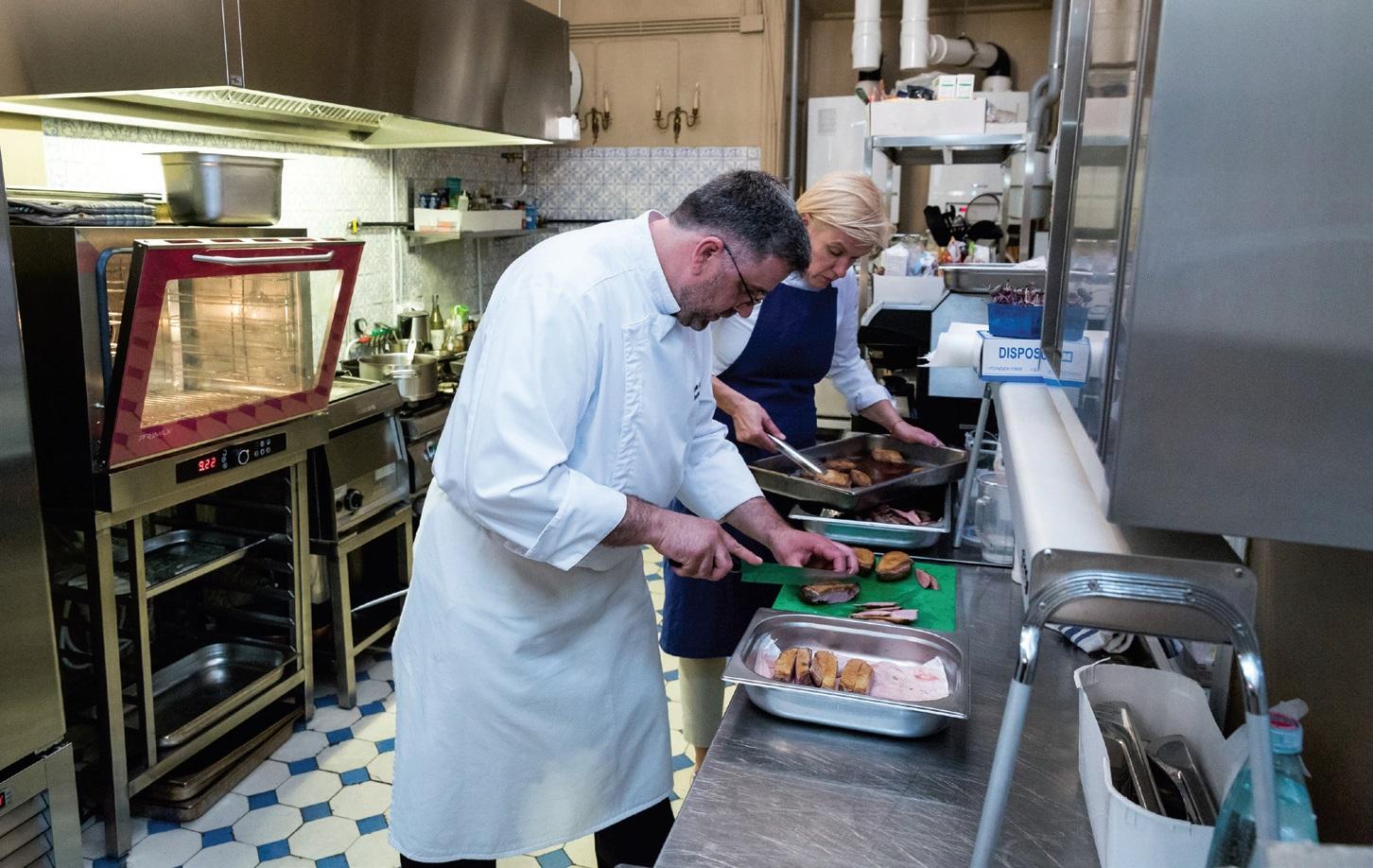 """Profesionali virtuvė yra būtina, siekiant dvaruose rengti aukščiausio lygio kulinarinius renginius. """"Skonio Slėnis Gourmet Catering"""" su prancūzų šefu Xavier Bouriot. Umiastovskių rūmų Vilniuje virtuvė."""