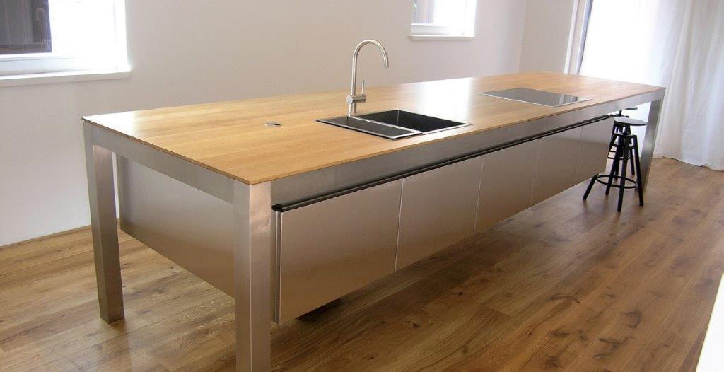 Ilgas stalas be tarpinių atramų atrodo elegantiškai (diz. Dalius Razauskas)