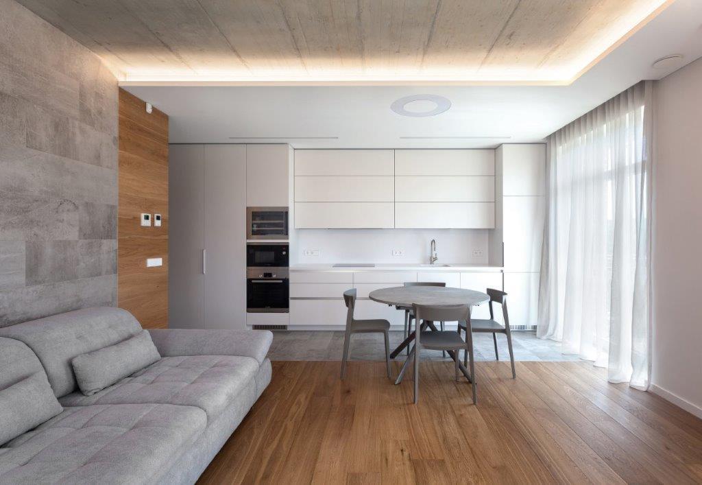 Neutrali balta spalva maskuoja tikrąjį virtuvės bloko dydį (diz. Dalius Razauskas)