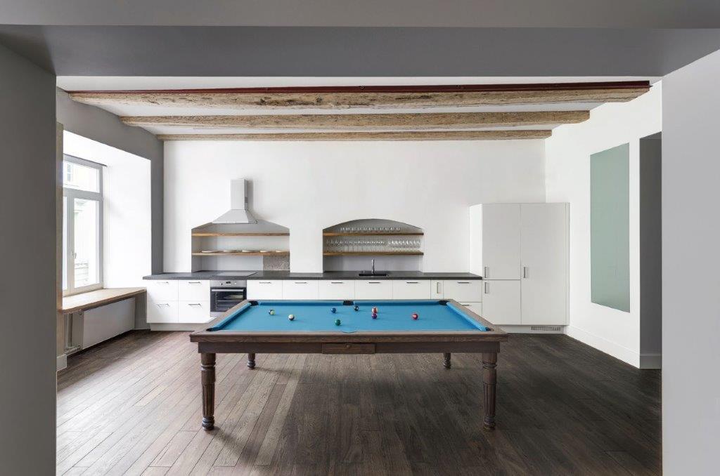 """Nukėlus pietų stalo stalviršį, atsiveria biliardo laukas (""""Do Architects"""" projektas)"""
