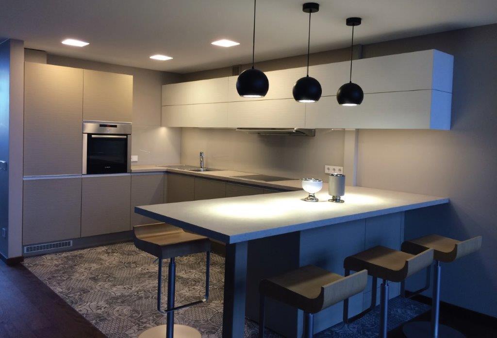 Paaukštintas stalas atitveria virtuvės zoną nuo bendrosios erdvės (diz. Dalius Razauskas)
