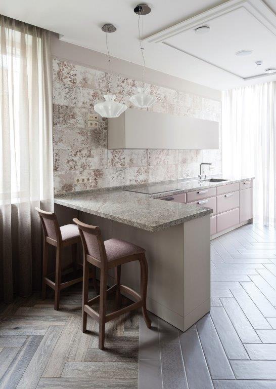 Spalviniu virtuvės akcentu neretai tampa laisvąją sienos dalį dengiančios keraminės plytelės (diz. Dalius Razauskas)