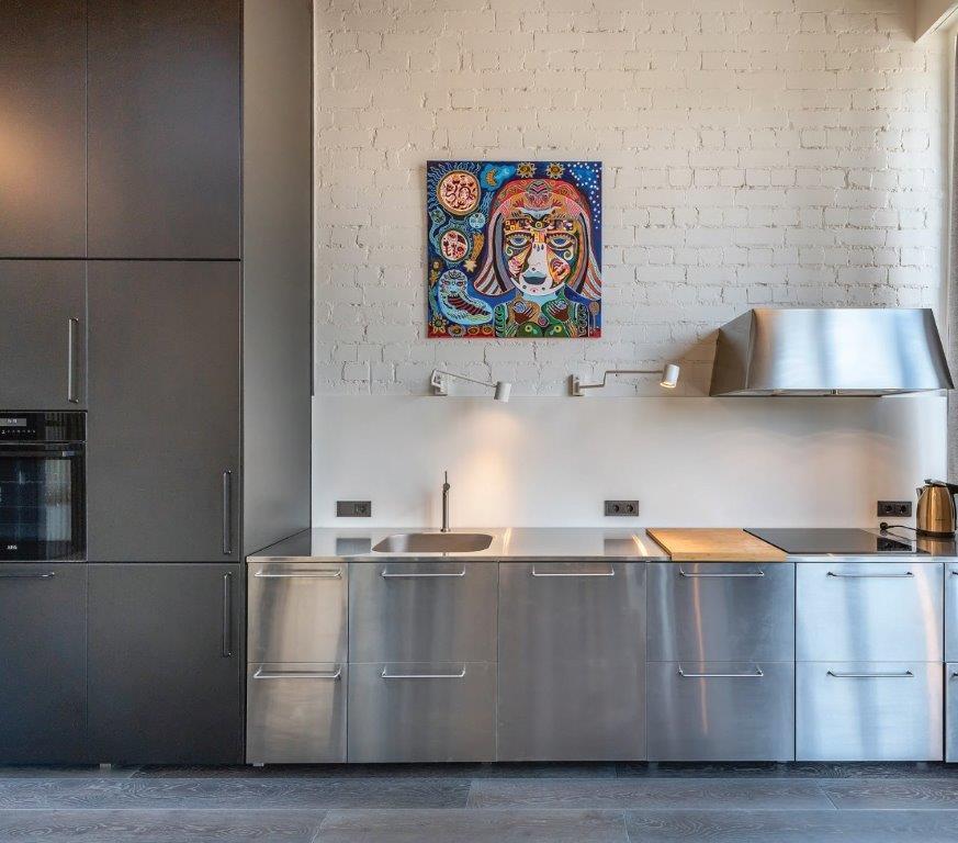 """Už nerūdijančiojo plieno fasadų slepiasi standartiniai IKEA baldai (""""Do Architects"""" projektas)"""