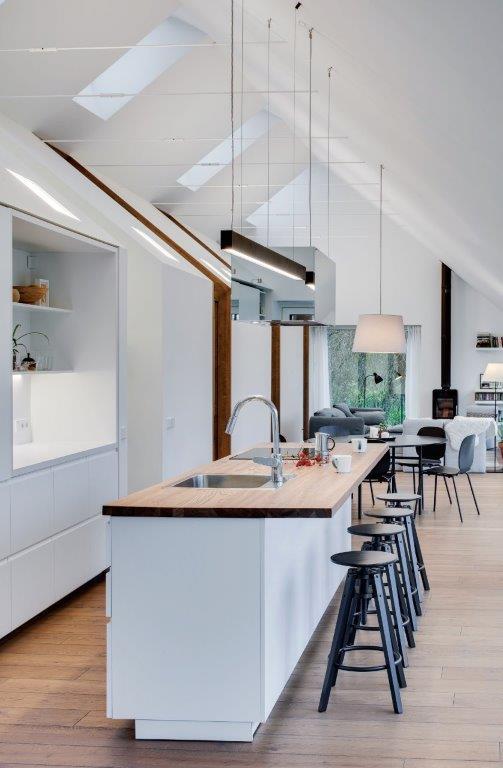"""Virtuvės sala skatina maistą ruošiančių ir procesą stebinčių asmenų vizualinį kontaktą (""""Do Architects"""" projektas) Už nerūdijančiojo plieno fasadų slepiasi standartiniai IKEA baldai"""