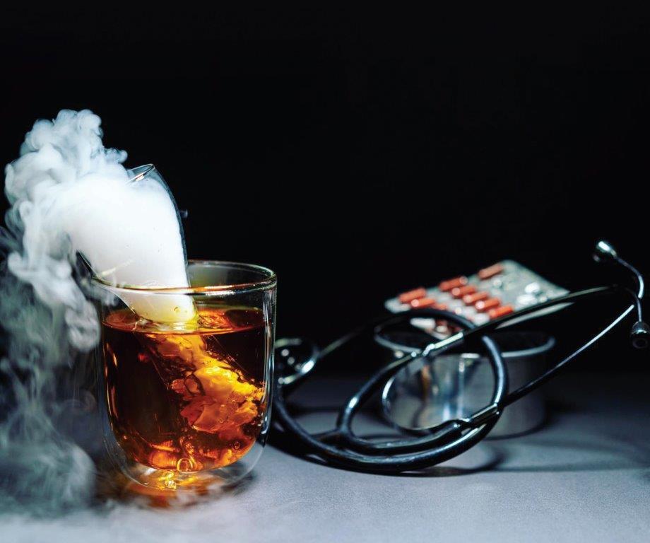 J. Youssefas pataria įvairiais būdais patiekalą papildyti aromatais, sustiprinsiančiais mūsų skonio pojūčius. Vienas iš puikių būdų pasidalyti kvapais – sausas ledas
