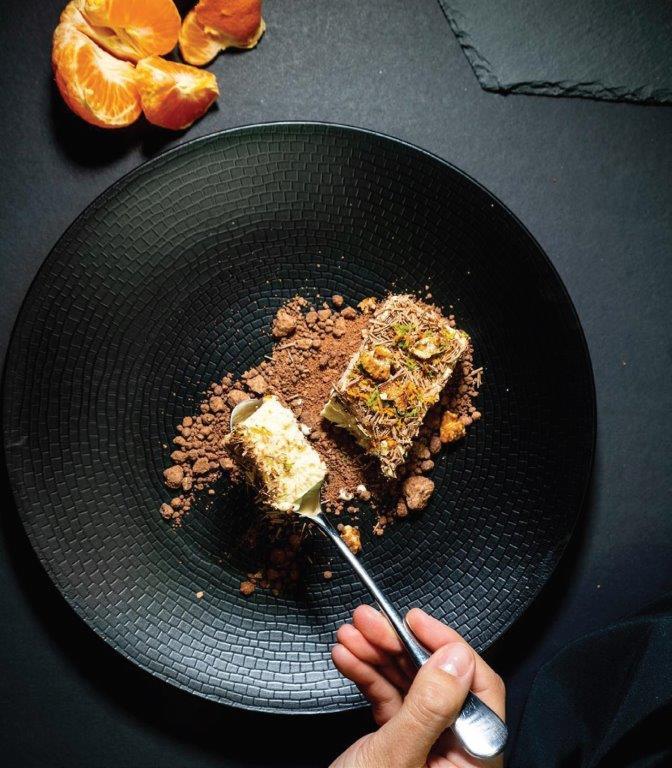 Pastaraisiais metais itin populiarus asimetrinis patiekalų patiekimas. Tačiau tyrimų rezultatai parodė, kad respondentai suteikė aiškią pirmenybę lėkštės centre patiektam patiekalui