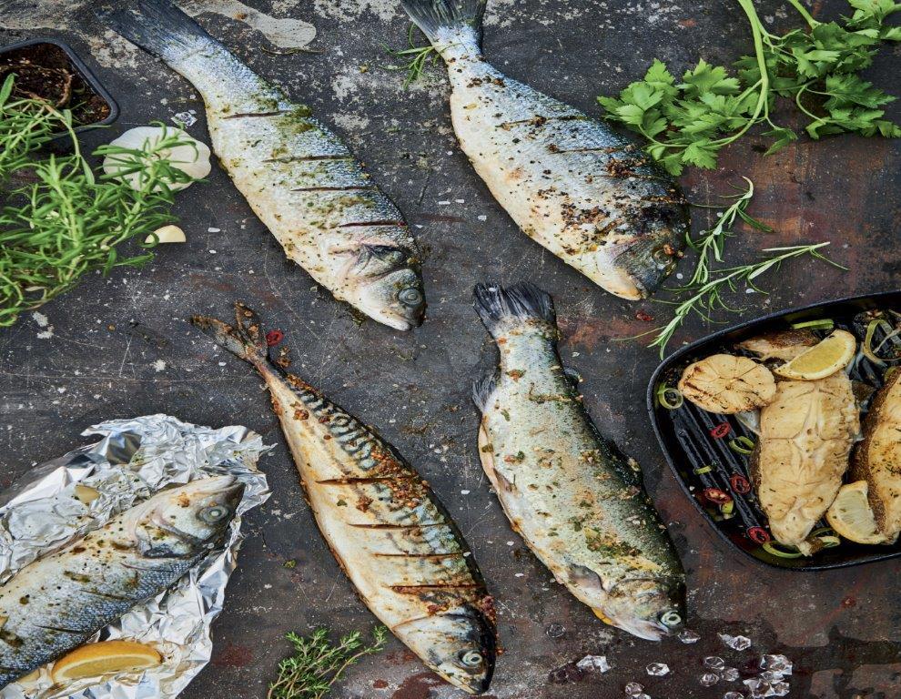 """Prekybos tinklams atsisakius žuvies akvariumų, """"Rimi"""" pirkėjai vis dažniau renkasi šviežiai skrostą žuvį, atkeliavusią iš vietinių Lietuvos ūkių."""