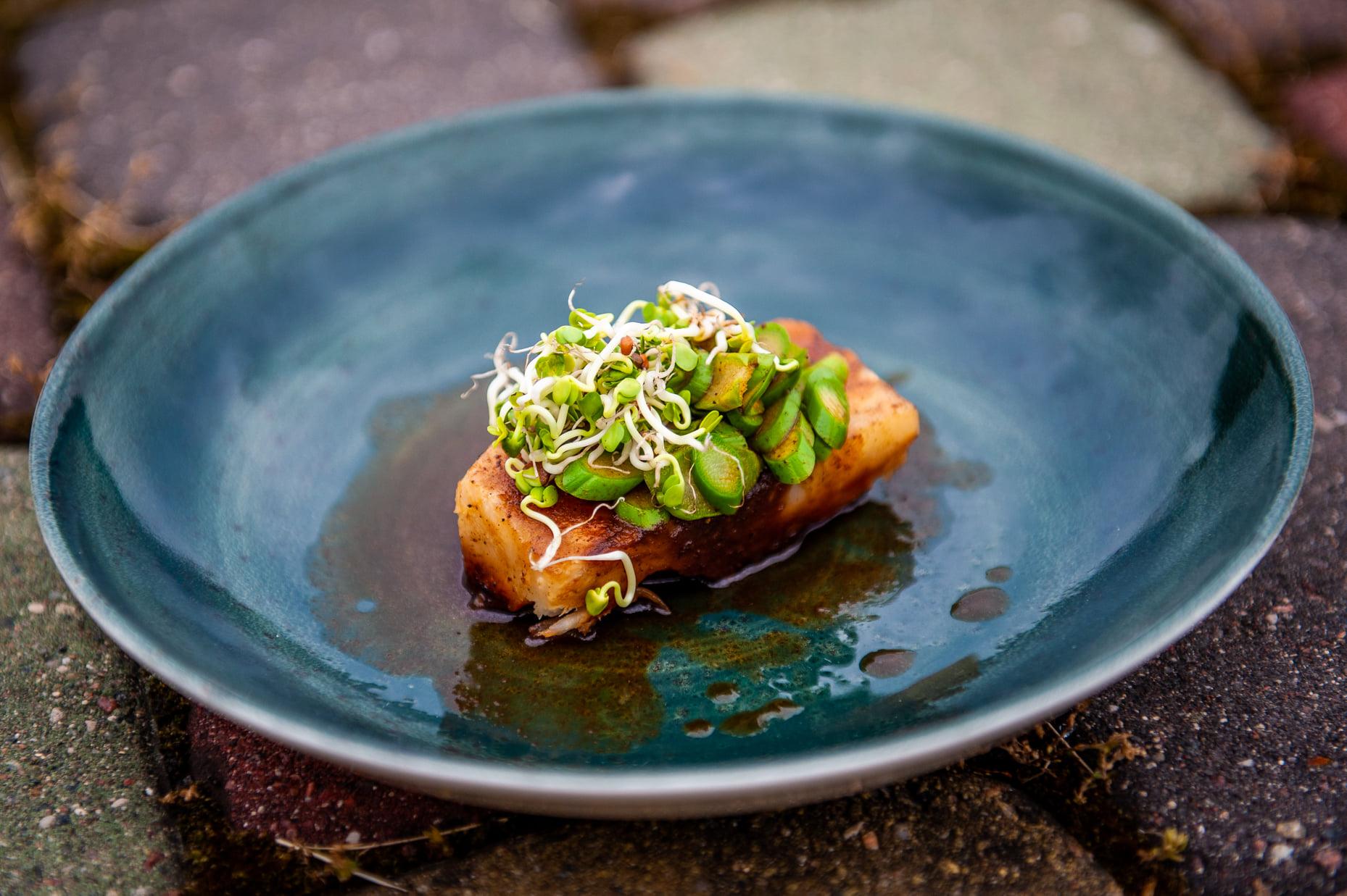 Salierų šaknies patiekalas su smidrais, daigais, daržovių demi glace padažu