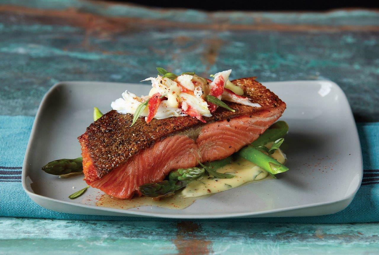 Aliaskos karališkosios lašišos filė, patiekiama aukščiausios klasės restoranuose